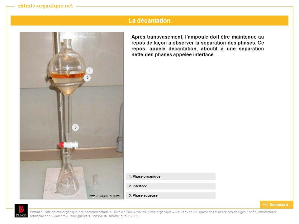 Après transvasement, lampoule doit être maintenue au repos de façon à observer la séparation des phases. Ce repos, appelé décantation, aboutit à une s