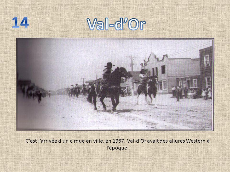 Cest larrivée dun cirque en ville, en 1937. Val-dOr avait des allures Western à lépoque.