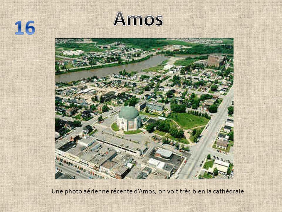 Une photo aérienne récente dAmos, on voit très bien la cathédrale.