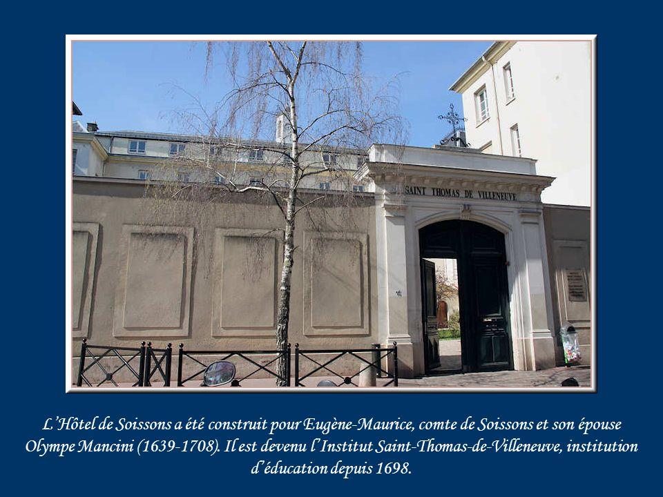 Impasse des Louviers, une niche abrite une statue de Saint-Pierre.