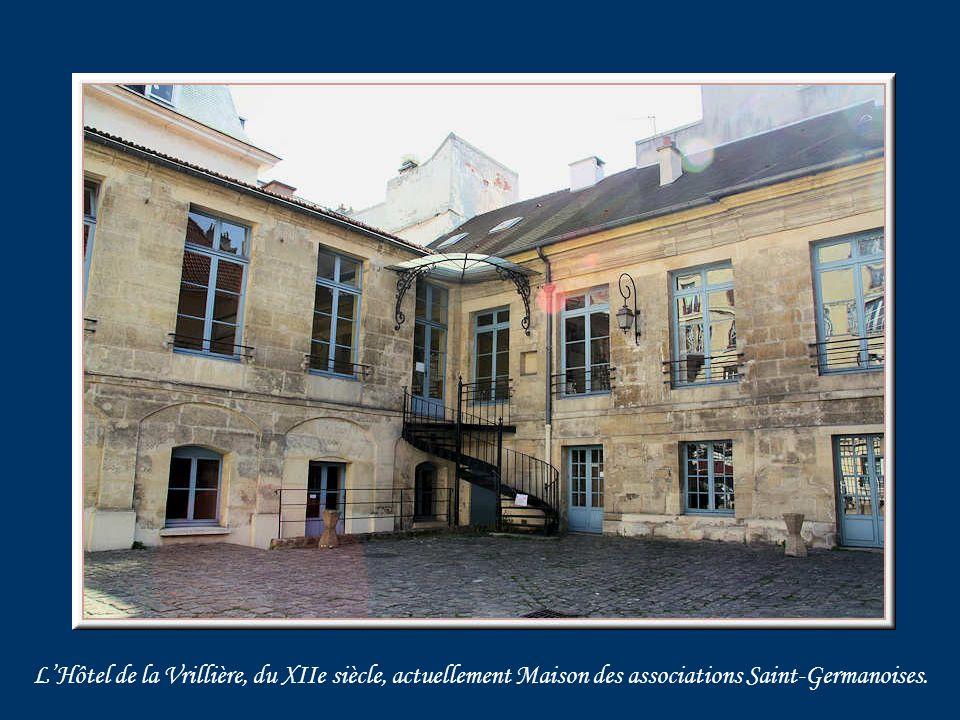 Louis XVIII crée les compagnies des Gardes du Corps dont linstruction a lieu en partie au Manège Royal.