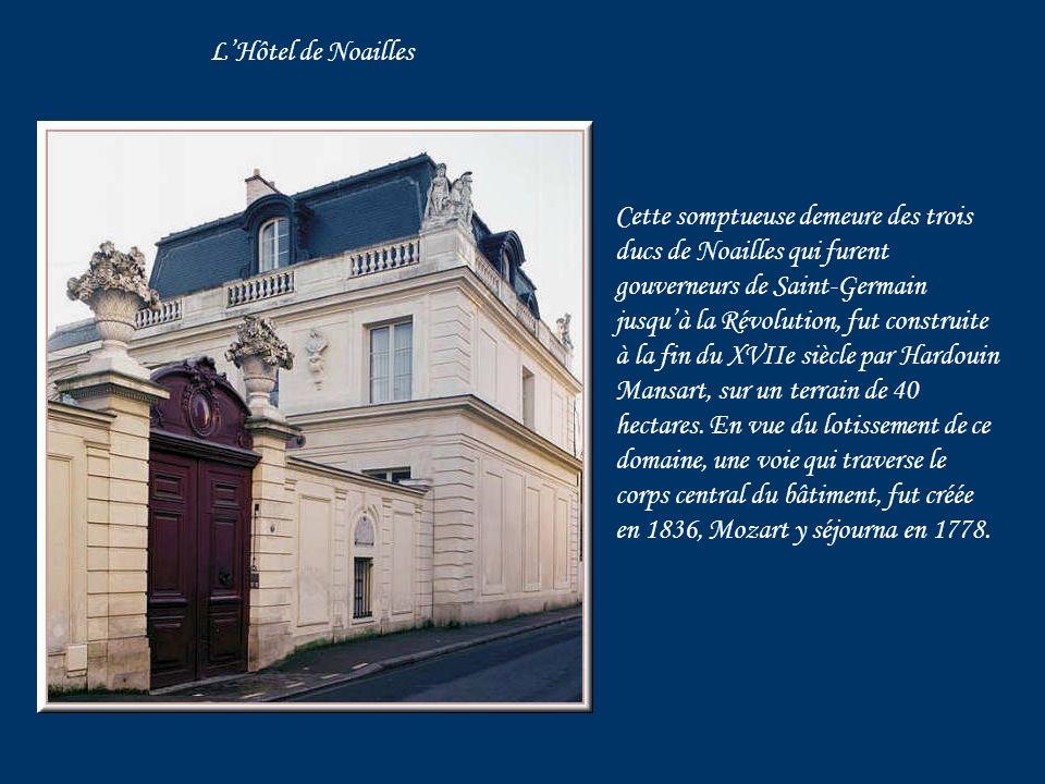 Sur une façade dimmeuble, un berceau sur fond bleu et or, blason donné par Louis XVIII afin dhonorer la naissance de son aïeul Louis XIV.