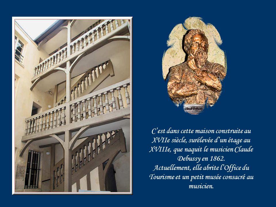 La mairie sinstalle en 1842 dans un bâtiment construit en 1777 sur lemplacement de lHôtel de La Rochefoucauld.