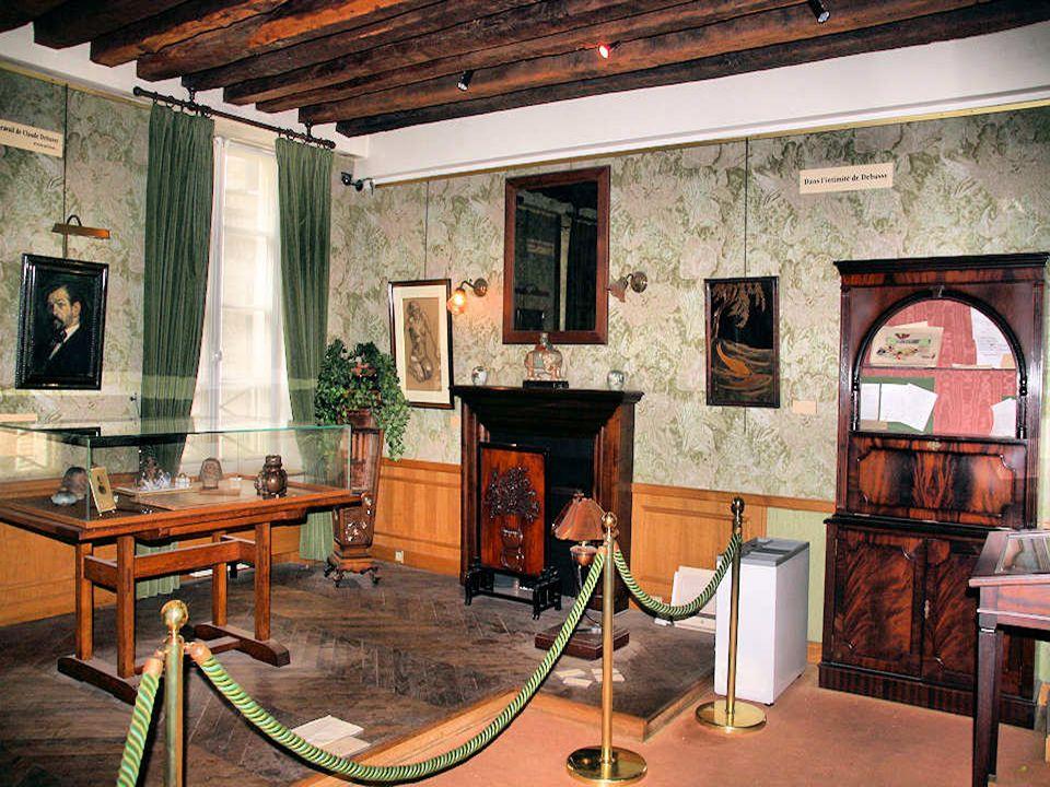 Cest dans cette maison construite au XVIIe siècle, surélevée dun étage au XVIIIe, que naquit le musicien Claude Debussy en 1862.