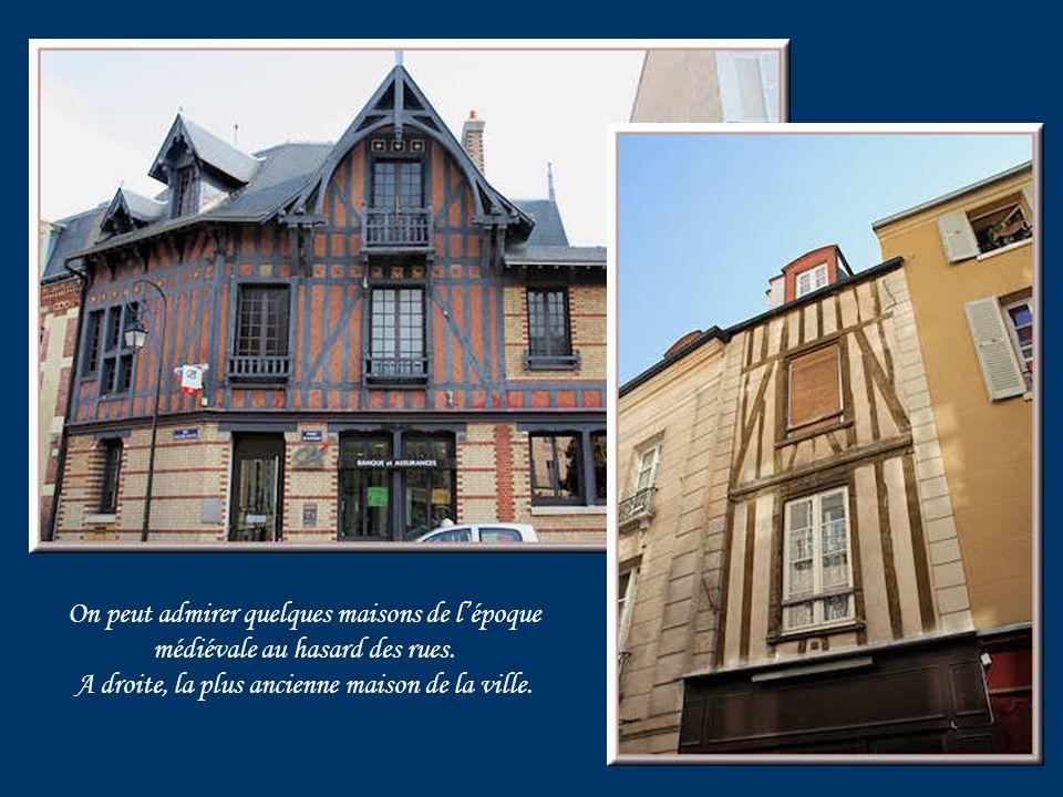 On peut admirer quelques maisons de lépoque médiévale au hasard des rues.
