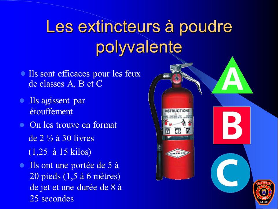Les extincteurs à poudre polyvalente Ils agissent par étouffement On les trouve en format de 2 ½ à 30 livres (1,25 à 15 kilos) Ils ont une portée de 5