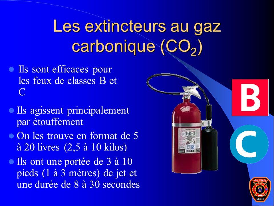 Les extincteurs au gaz carbonique (CO 2 ) Ils sont efficaces pour les feux de classes B et C Ils agissent principalement par étouffement On les trouve