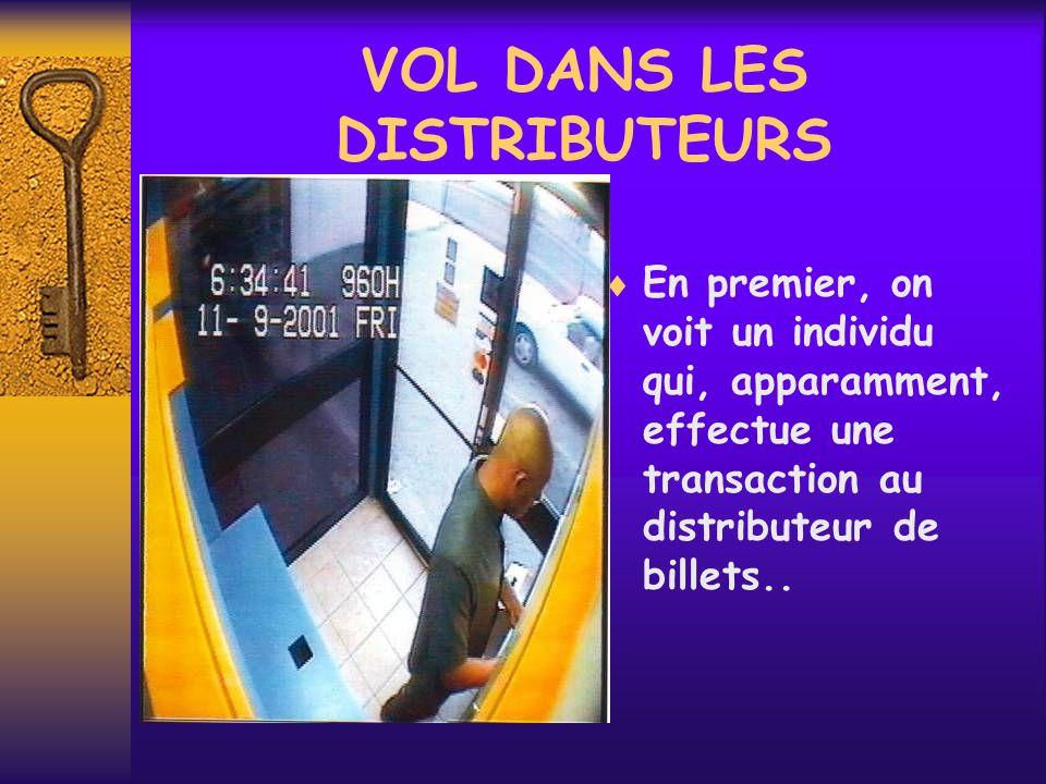 VOL DANS LES DISTRIBUTEURS En premier, on voit un individu qui, apparamment, effectue une transaction au distributeur de billets..