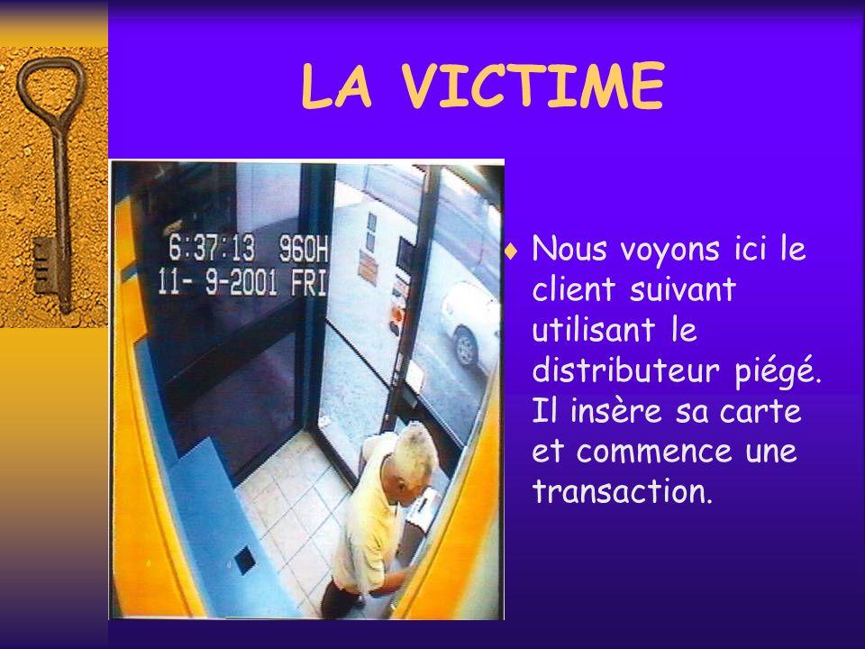 Nous voyons ici le client suivant utilisant le distributeur piégé. Il insère sa carte et commence une transaction. LA VICTIME