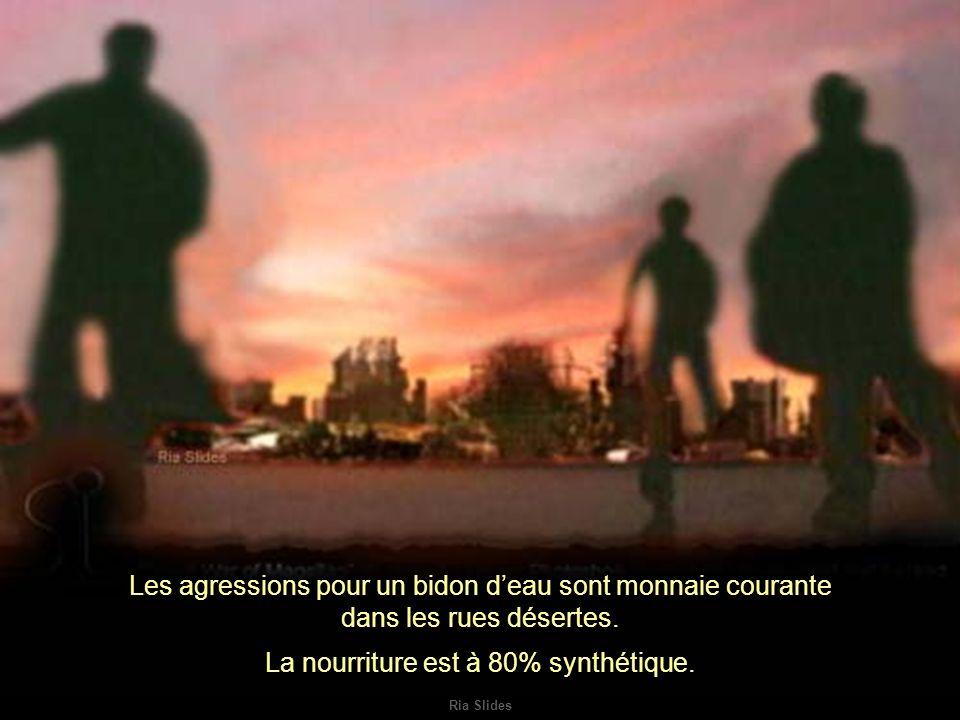 Ria Slides Les agressions pour un bidon deau sont monnaie courante dans les rues désertes.