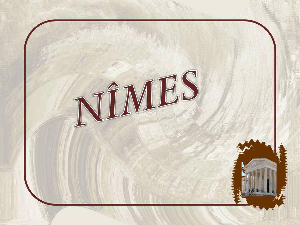 A proximité de la Maison Carrée, le Carré dArt qui remplaça, au grand dam de certains Nîmois, lancien Grand Théâtre de Nîmes construit au début du XIXe siècle.