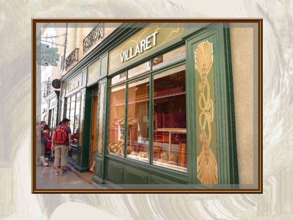 Les jolies ferronneries de ces balcons en arrondi, attirent le regard… Le 23 mars 1561 se serait tenue en cette rue, chez Jean Maurin, serrurier, la p