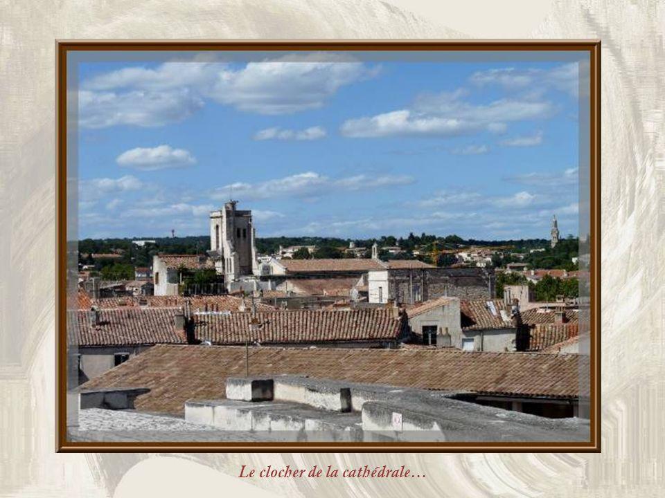 En circulant en haut des gradins, la vue sur les toits de la ville est particulièrement agréable. Ci-haut, le lycée Alphonse Daudet.