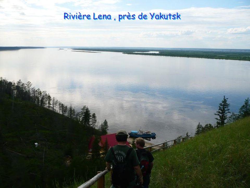 Une fois à Iakoutsk, il faut suivre la rivière Lena pour plus de 140 miles. Dans les mois d'été, quand ses eaux ne sont pas figées, le voyage peut se