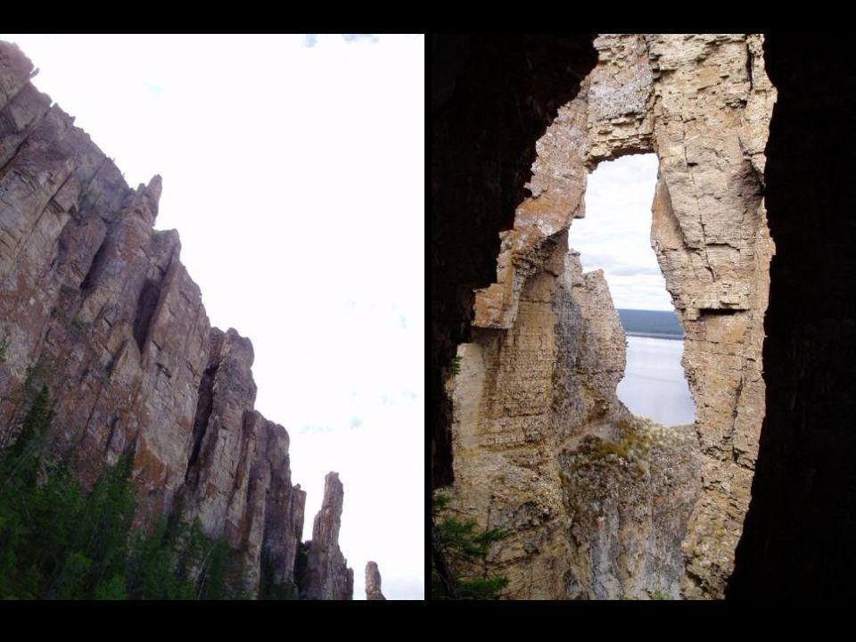 Cette forêt de colonnes de pierre composées de calcaire qui atteignent 150 mètres de haut, s'étend sur 80 miles au pied de la rivière Lena.