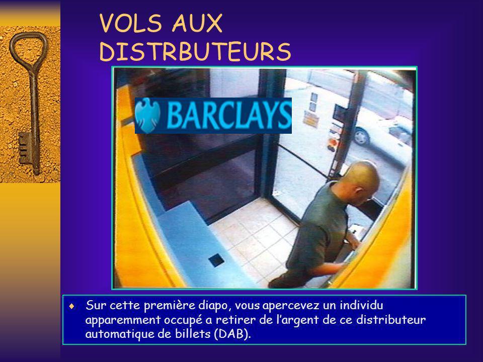 En réalité, il est entrain de placer un piège a cartes bancaires (CB) dans le DAB, en vue de subtiliser celle du prochain client.