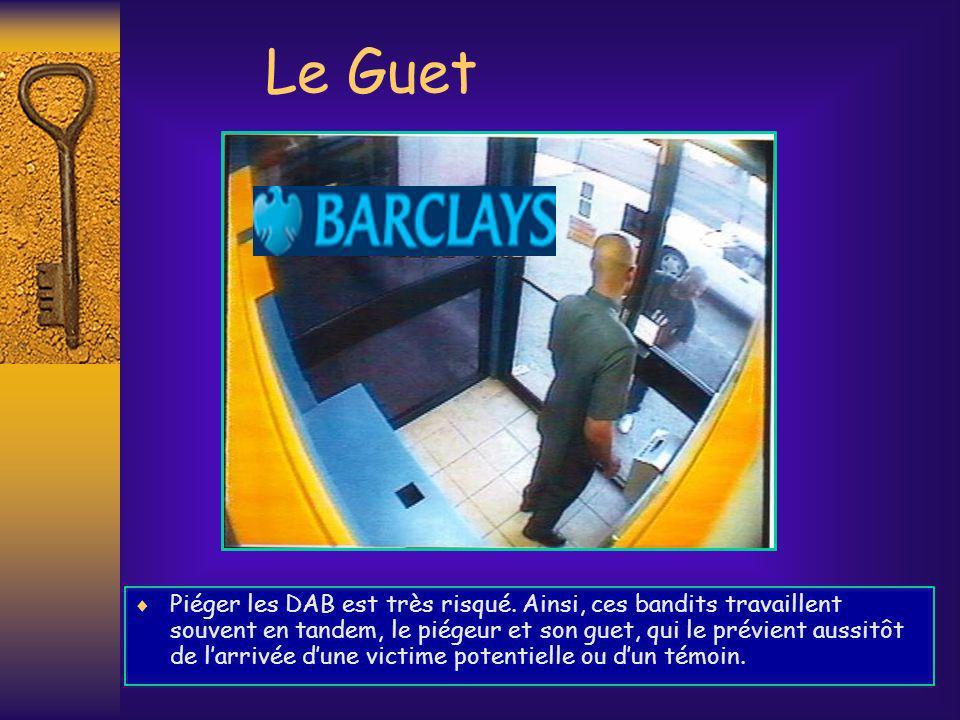 Le Guet Piéger les DAB est très risqué. Ainsi, ces bandits travaillent souvent en tandem, le piégeur et son guet, qui le prévient aussitôt de larrivée