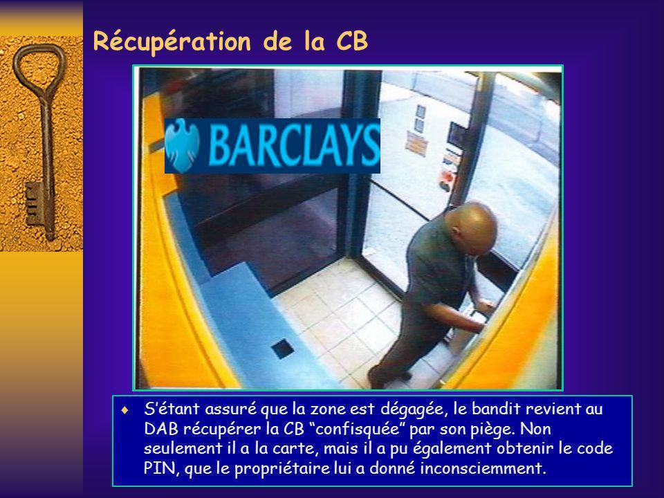Récupération de la CB Sétant assuré que la zone est dégagée, le bandit revient au DAB récupérer la CB confisquée par son piège. Non seulement il a la