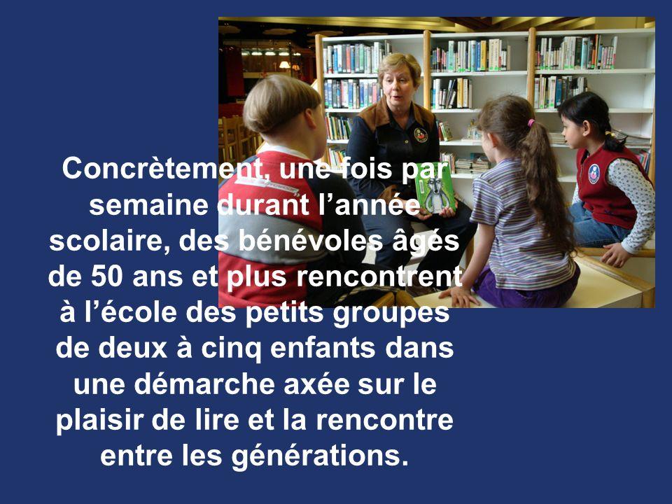 Concrètement, une fois par semaine durant lannée scolaire, des bénévoles âgés de 50 ans et plus rencontrent à lécole des petits groupes de deux à cinq enfants dans une démarche axée sur le plaisir de lire et la rencontre entre les générations.