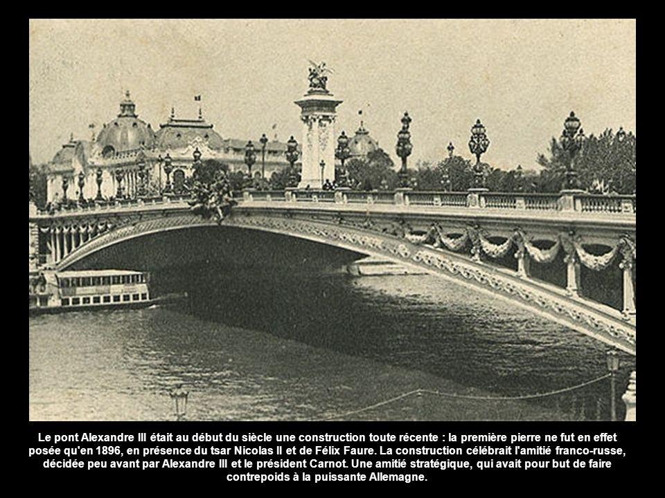 Le pont Alexandre III était au début du siècle une construction toute récente : la première pierre ne fut en effet posée qu en 1896, en présence du tsar Nicolas II et de Félix Faure.