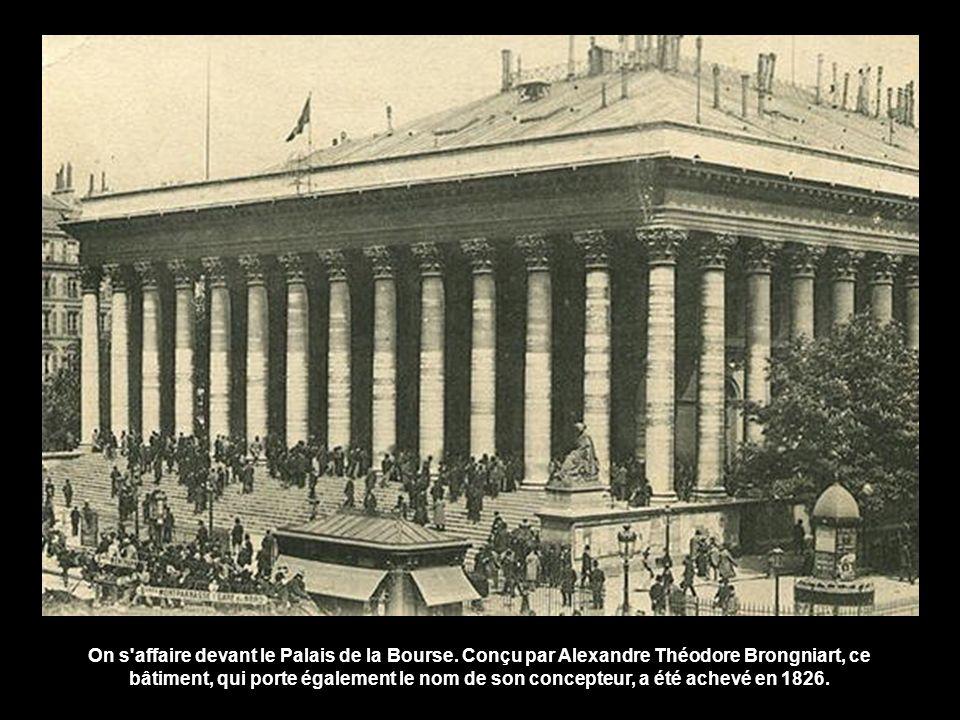 On s affaire devant le Palais de la Bourse.