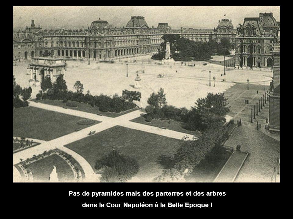 Pas de pyramides mais des parterres et des arbres dans la Cour Napoléon à la Belle Epoque !
