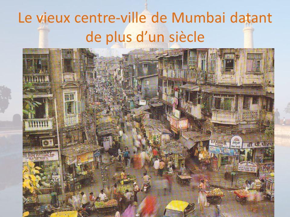 La gare de Victoria Terminus relie le centre des affaires au reste de la ville La gare principale de Mumbai (Bombay) a été construite à la fin du XIXème siècle par les Anglais (lInde a longtemps été une colonie britannique).