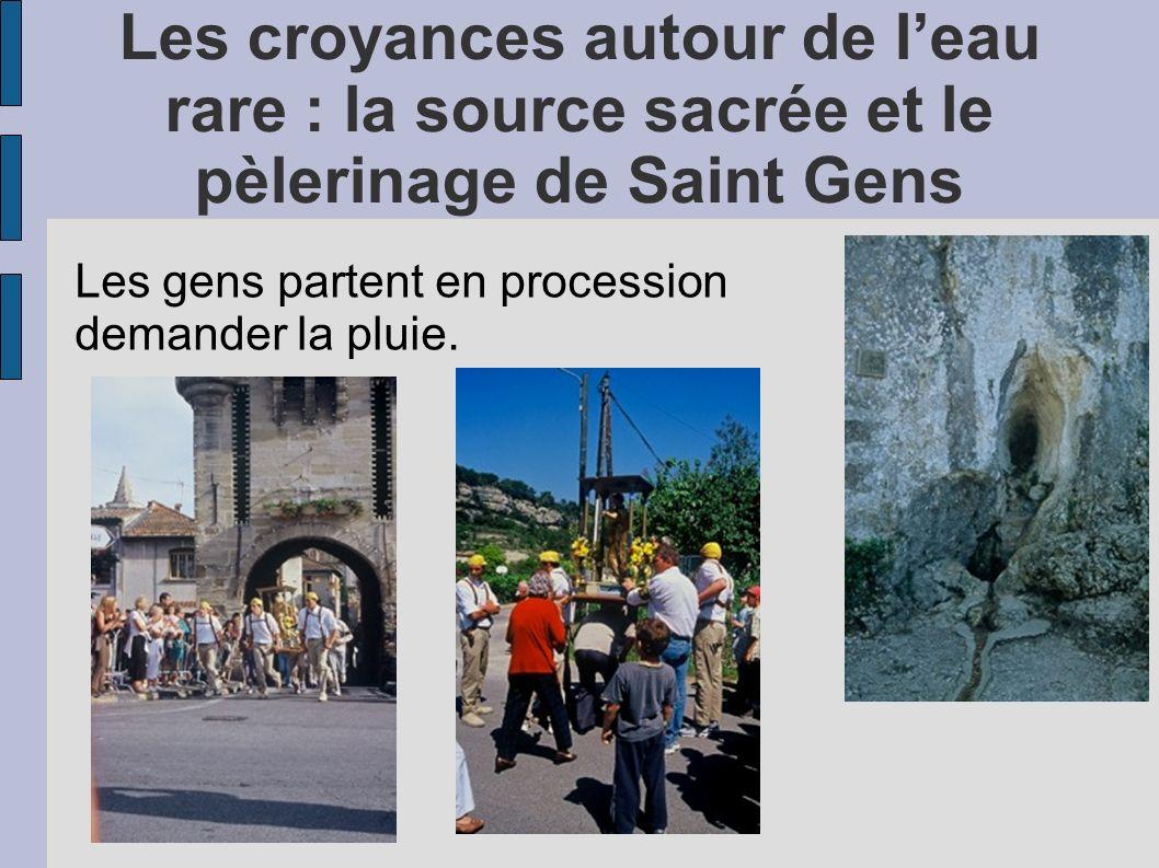 Les croyances autour de leau rare : la source sacrée et le pèlerinage de Saint Gens Les gens partent en procession demander la pluie.