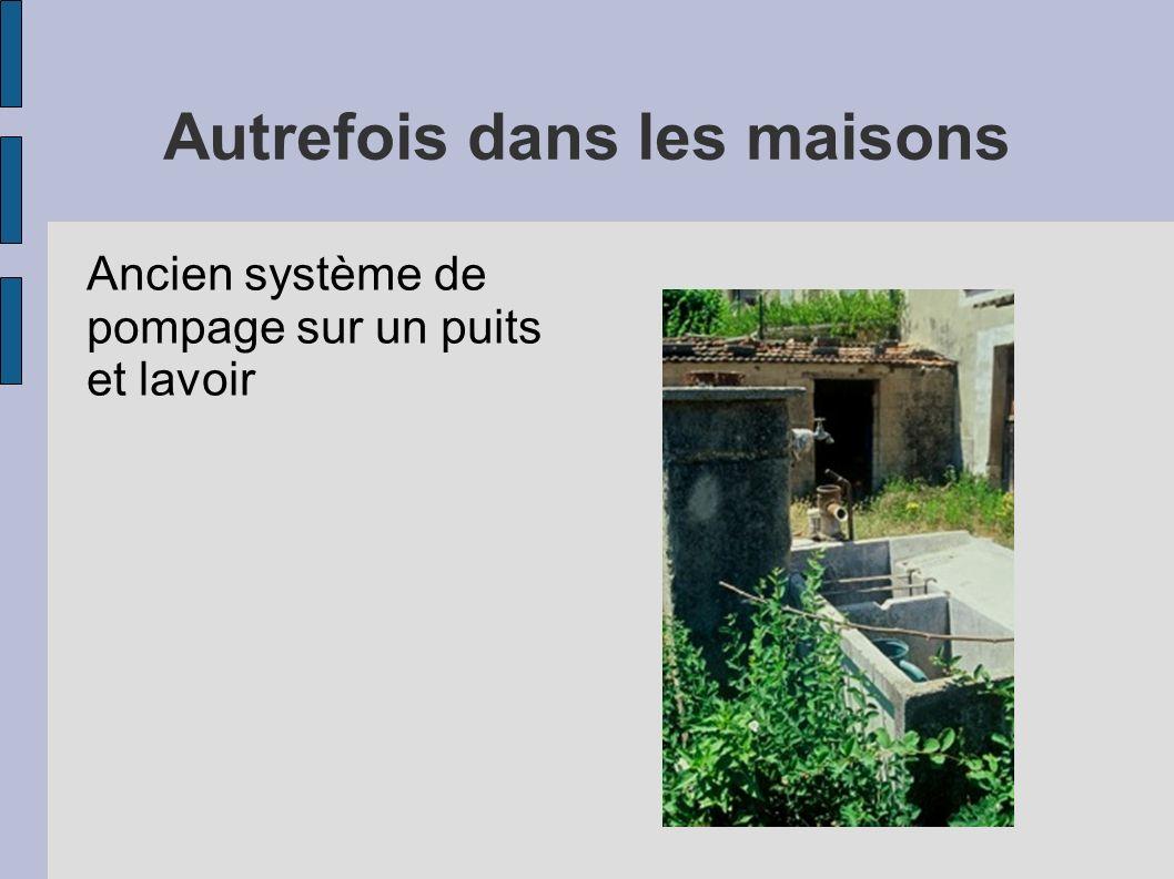 Autrefois dans les maisons Ancien système de pompage sur un puits et lavoir