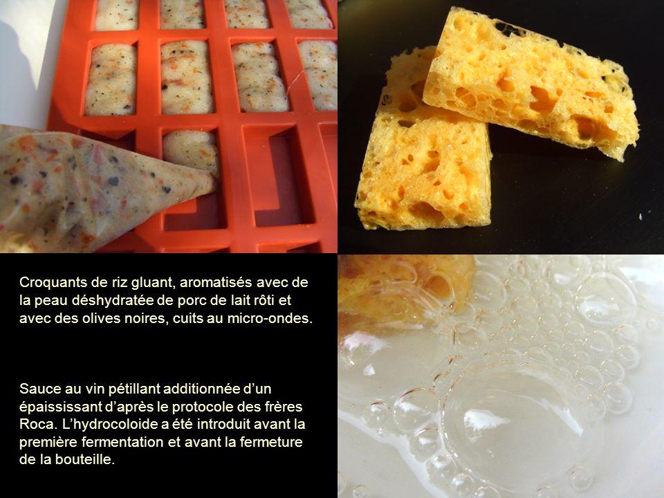 Croquants de riz gluant, aromatisés avec de la peau déshydratée de porc de lait rôti et avec des olives noires, cuits au micro-ondes. Sauce au vin pét