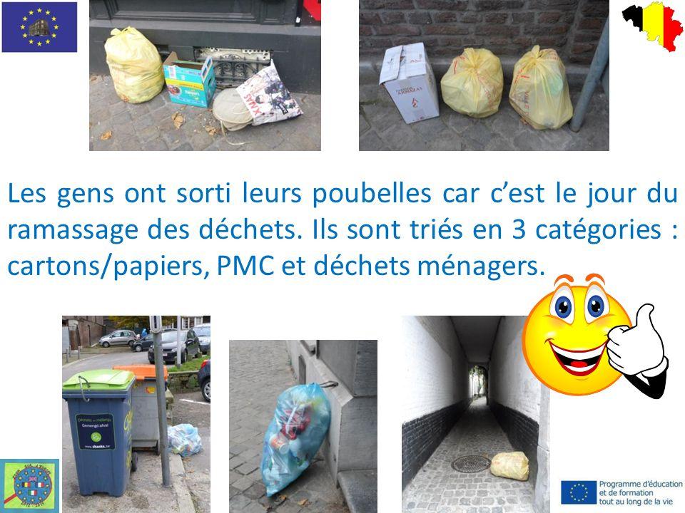 Les gens ont sorti leurs poubelles car cest le jour du ramassage des déchets.