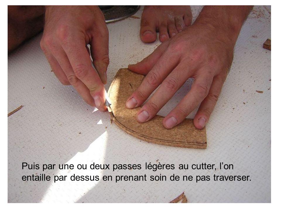 Une fois le traçage réalisé, on découpe en 2 ou 3 passes, en faisant très attention à garder le cutter bien vertical.