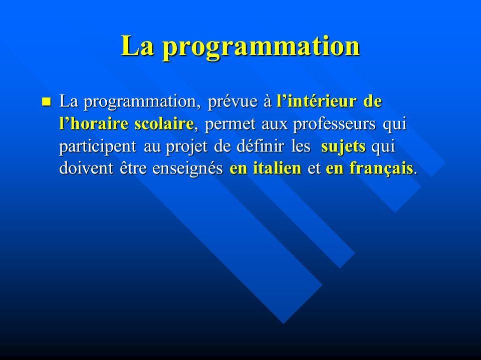 La programmation La programmation, prévue à lintérieur de lhoraire scolaire, permet aux professeurs qui participent au projet de définir les sujets qui doivent être enseignés en italien et en français.