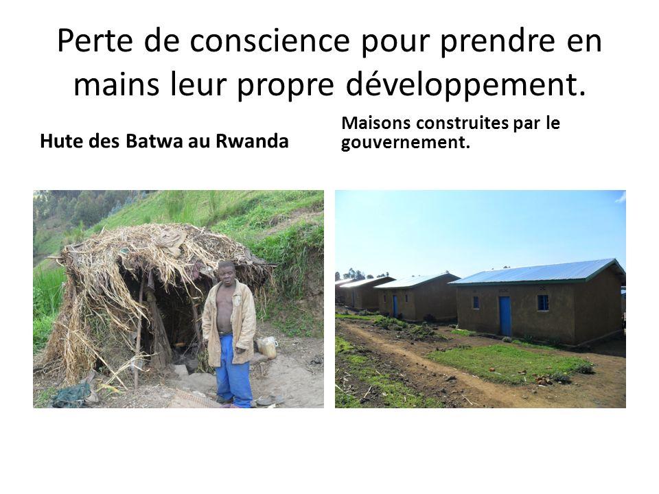 Perte de conscience pour prendre en mains leur propre développement. Hute des Batwa au Rwanda Maisons construites par le gouvernement.