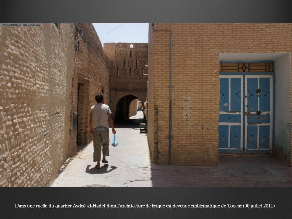 Dans une ruelle du quartier Awled al-Hadef dont larchitecture de brique est devenue emblématique de Tozeur (30 juillet 2011)