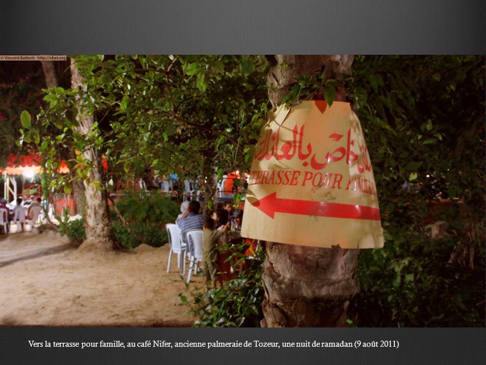 Au café Berka, ancienne palmeraie de Tozeur, une nuit de ramadan, des femmes entre elles (9 août 2011)