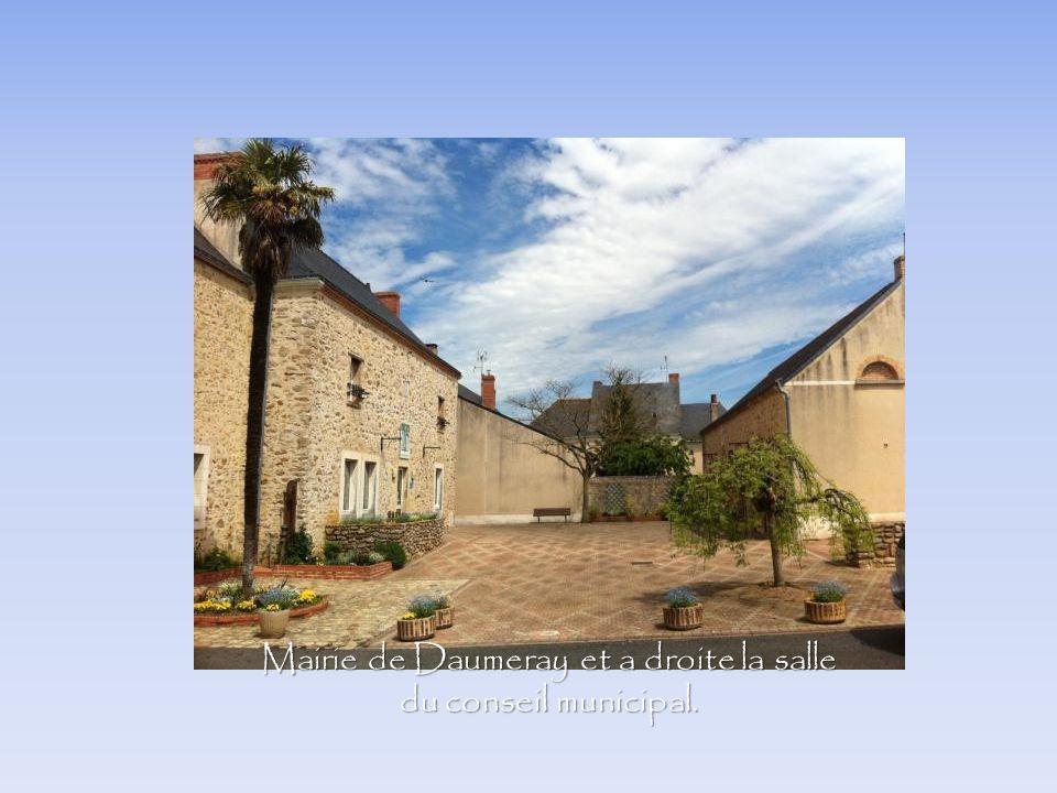 Mairie de Daumeray et a droite la salle du conseil municipal.