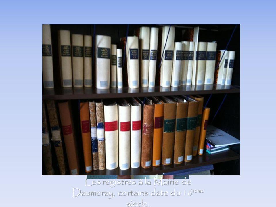 Les registres à la Mairie de Daumeray, certains date du 16 ième siècle.