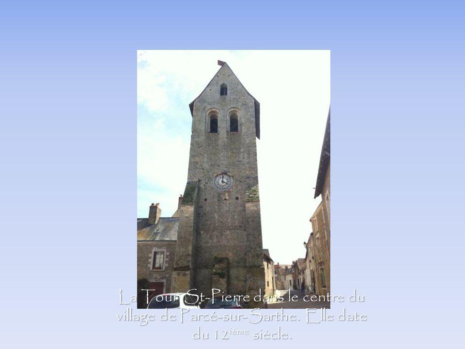La Tour St-Pierre dans le centre du village de Parcé-sur-Sarthe. Elle date du 12 ième siècle.