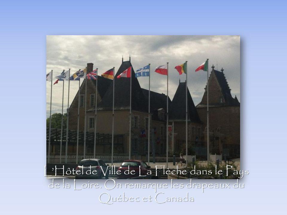 LHôtel de Ville de La Flèche dans le Pays de la Loire. On remarque les drapeaux du Québec et Canada