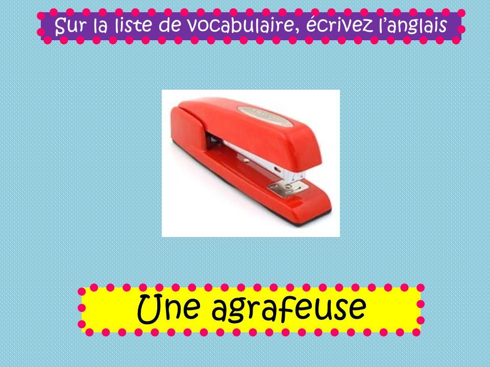 Sur la liste de vocabulaire, écrivez langlais Une agrafeuse