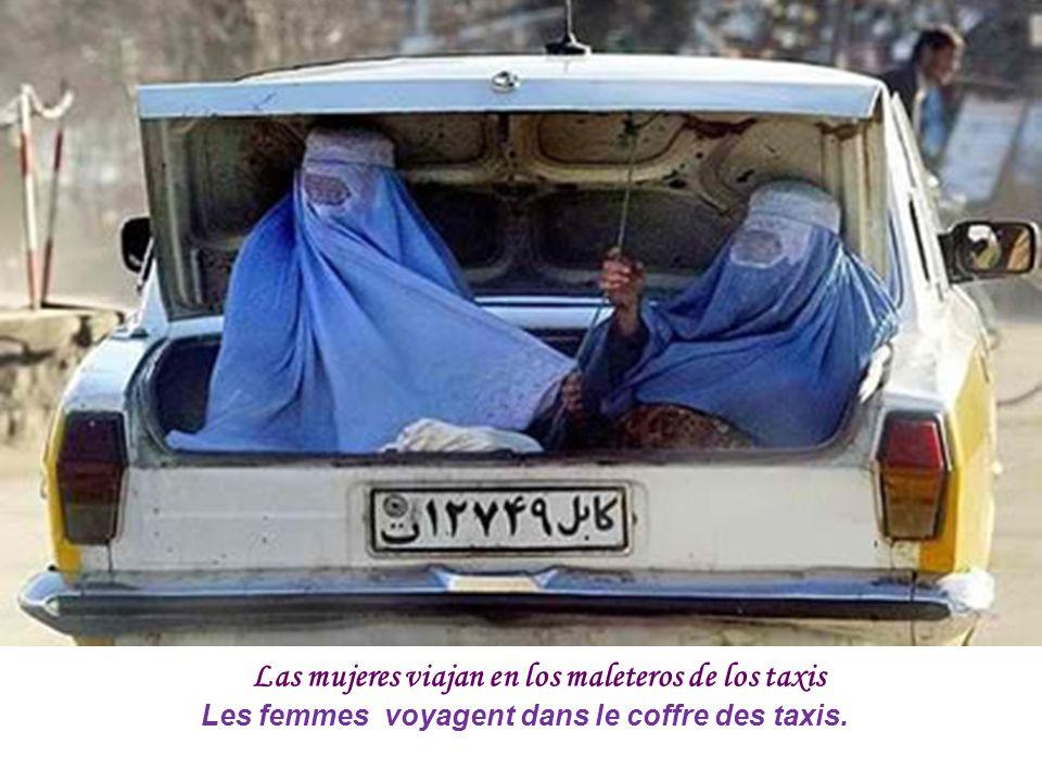 Las mujeres viajan en los maleteros de los taxis Les femmes voyagent dans le coffre des taxis.