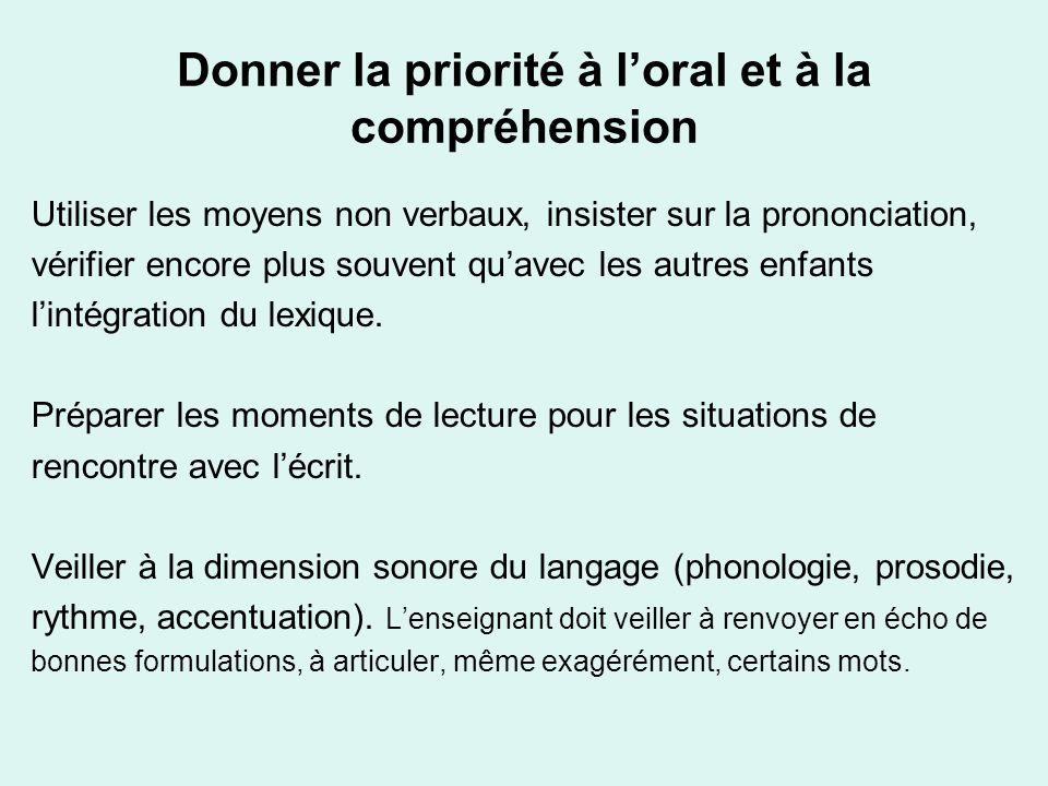Donner la priorité à loral et à la compréhension Utiliser les moyens non verbaux, insister sur la prononciation, vérifier encore plus souvent quavec l