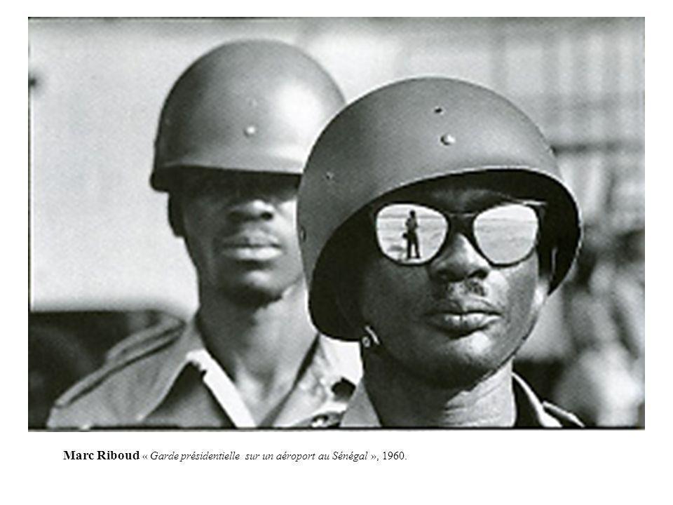 Marc Riboud « Garde présidentielle sur un aéroport au Sénégal », 1960.