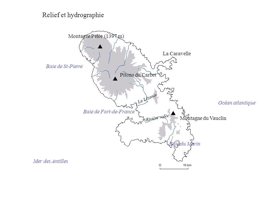Océan atlantique Mer des Antilles Montagne Pelée (1397 m) Pitons du Carbet La Caravelle Montagne du Vauclin Baie de Fort-de-France Baie de St-Pierre La Lézarde Rivière salée Baie du Marin Relief et hydrographie