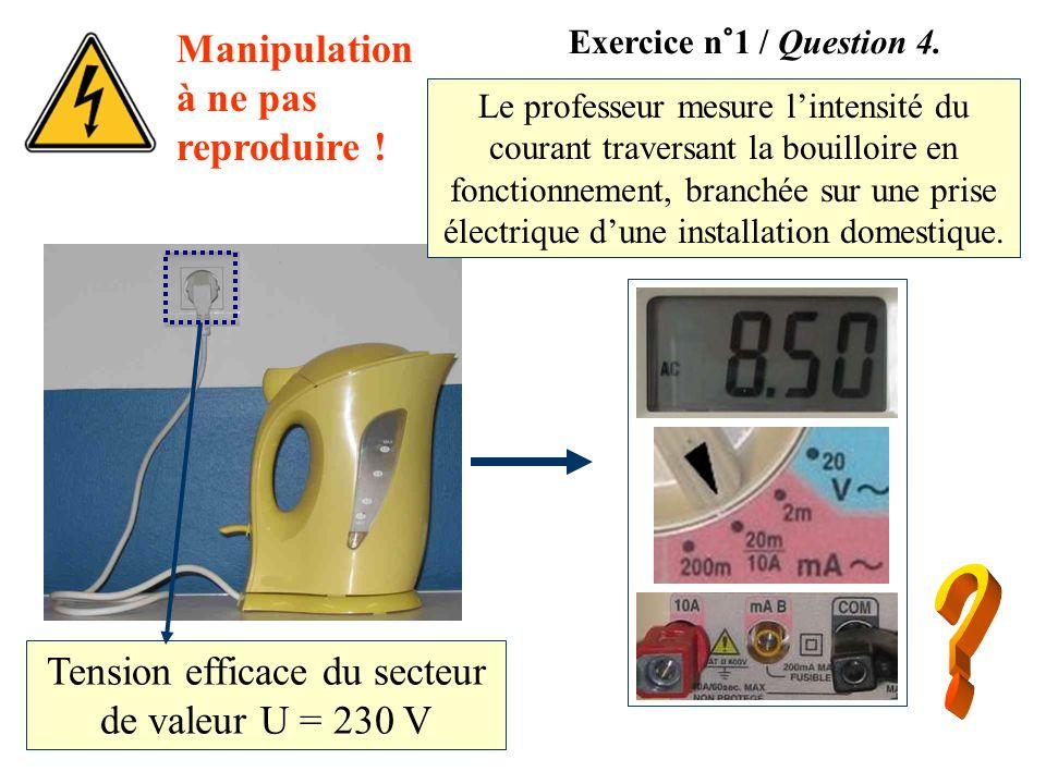 Manipulation à ne pas reproduire ! Le professeur mesure lintensité du courant traversant la bouilloire en fonctionnement, branchée sur une prise élect
