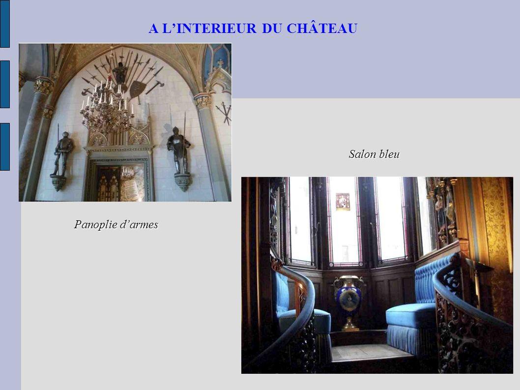 A LINTERIEUR DU CHÂTEAU Salon bleu Panoplie darmes