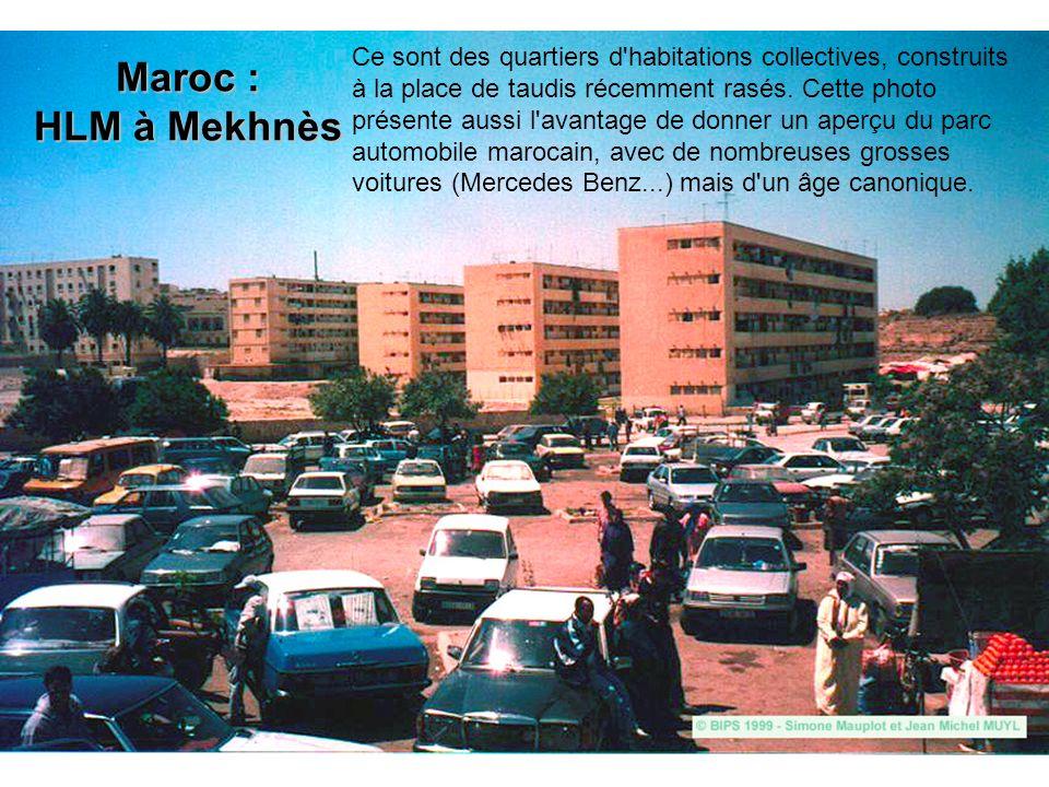 Maroc : HLM à Mekhnès Ce sont des quartiers d'habitations collectives, construits à la place de taudis récemment rasés. Cette photo présente aussi l'a