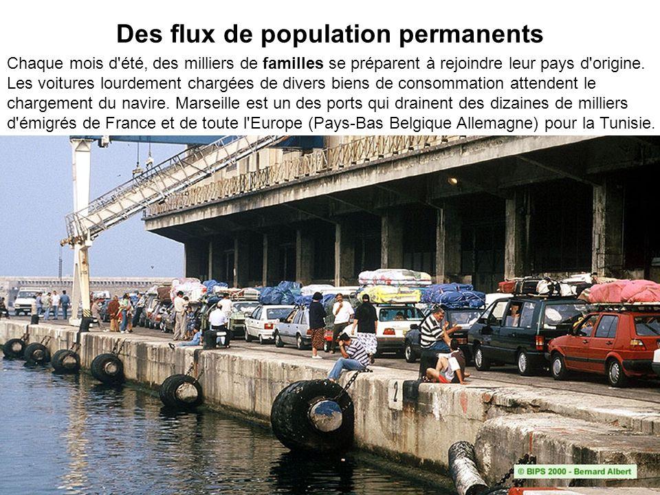 Des flux de population permanents Chaque mois d'été, des milliers de familles se préparent à rejoindre leur pays d'origine. Les voitures lourdement ch