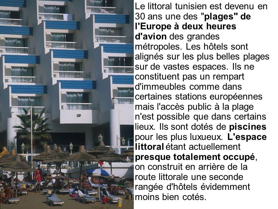 Tunisie Les effets pervers des infrastructures touristiques Tunisie : Effets pervers des infrastructures touristiques Sans pour autant considérer que ce soit la seule cause de la baisse du niveau de la nappe phréatique, la sur-abondance des hôtels pour les touristes étrangers provoque l assèchement des oasis, ici de Tozeur, dans le sud tunisien.
